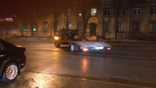 В Петербурге эвакуатор поцарапал легковушку и скрылся