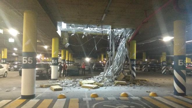 """В """"Мега Дыбенко"""" рухнул потолок на парковке"""