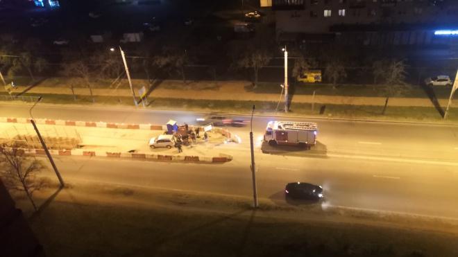Автомобиль снес ремонтные ограждения и врезался в иномарку на проспекте Ветеранов