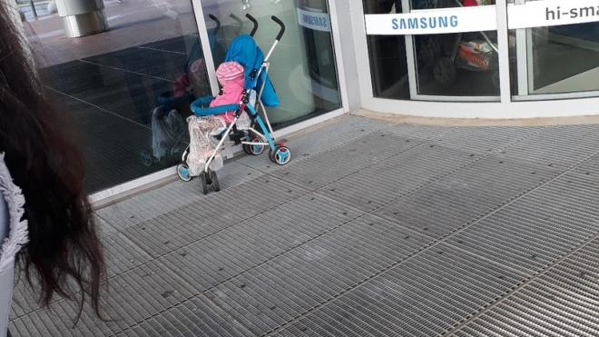 В Петербурге около одного из торговых комплексов оставили в коляске спящего ребенка