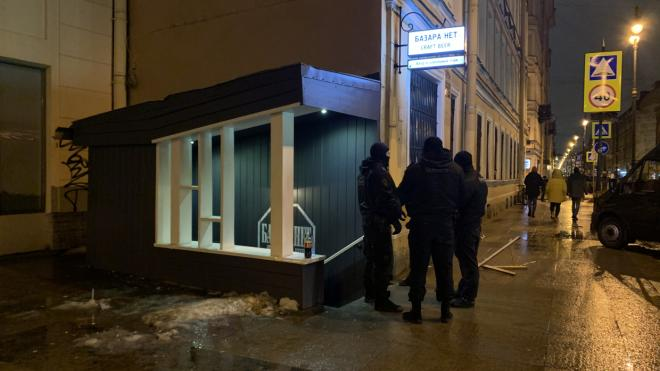 Дебошир напал на журналистов во время ночного рейда по барам Петербурга