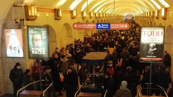 """Все станции """"зеленой"""" ветки метрополитена закрыли для входа в Петербурге"""