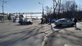 Nissan Qashqai прилег на бок на юго-западе Петербурга