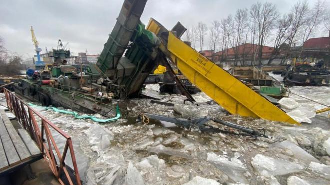 Прокуратура проводит проверку в связи с частичным затоплением судна в акватории Екатерингофки