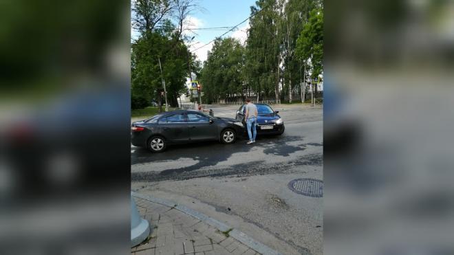 Два автомобиля столкнулись на Сампсониевском проспекте