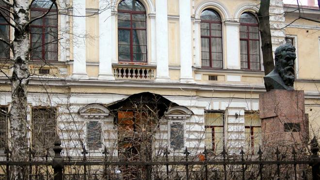 Суд оштрафовал петербургский медуниверситет имени Павлова за неотреставрированную ограду