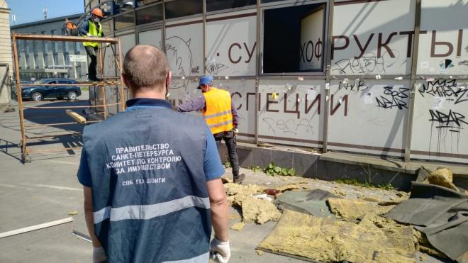 Сотрудники ККИ демонтировали огромный торговый павильон нанабережнойОбводного канала