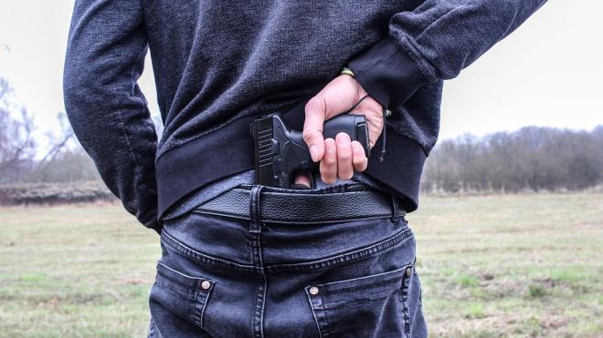 В коммуналке неизвестный отнял у жильца два мобильных телефона при помощи пистолета