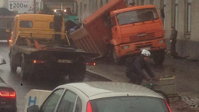Во время укладки асфальта у Светлановской площади КамАЗ провалился под землю