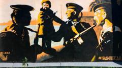 В Кронштадте закрасили граффити ко Дню Победы и вместо него повесили патриотический баннер