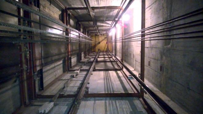На стройке в Красносельском районе в шахту лифта упал сантехник