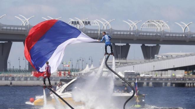 Флайбордисты подняли российский флаг над Невой