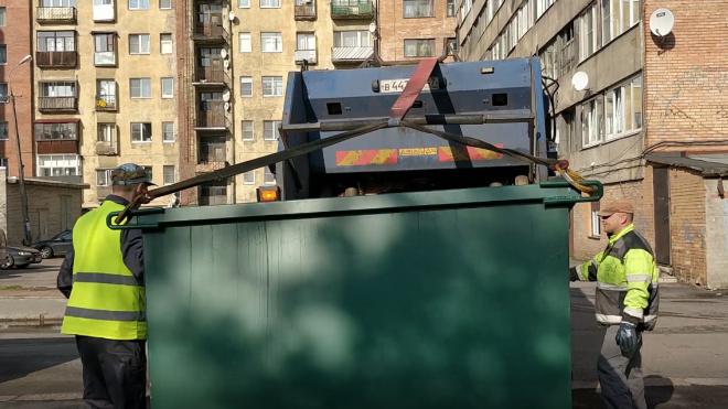 В Александровском саду бездомный пытался спрятать в мусорный бак труп убитого друга