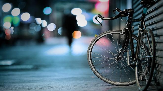 В Выборге камеры видеонаблюдения зафиксировали укравшую  велосипед женщину