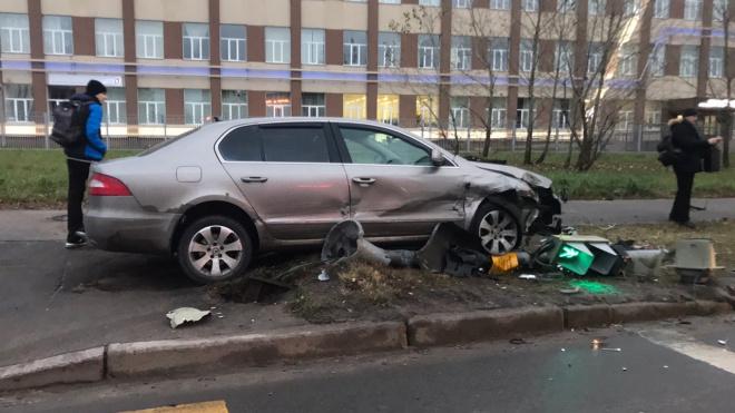 Skoda разобрала на куски светофор на Полюстровском проспекте