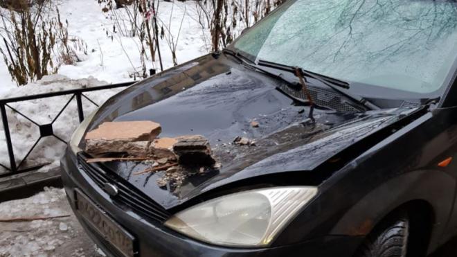 """""""Сначала сосульки, потом..."""": в центре Петербурга на машину рухнул карниз"""
