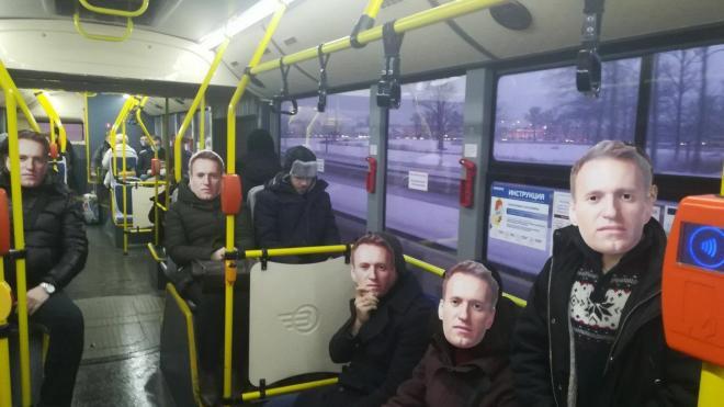 """Неизвестные активисты """"приземлили"""" Алексея Навального в аэропорту Петербурга"""