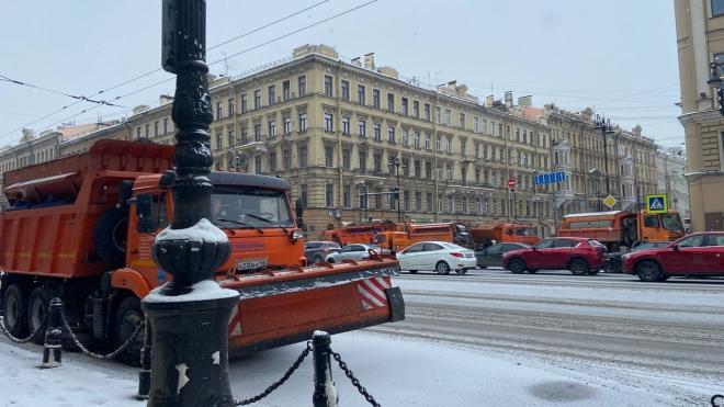 Центр Петербурга снова перекрыли снегоуборочными и полицейскими машинами