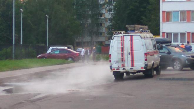 В Красносельском районе прорвало трубу: синяя иномарка уже почти ушла под воду