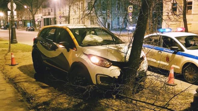 Водитель хотел скрыться от сотрудников ДПС, но врезался в дерево в Кронштадте