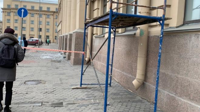 На сотрудника Университета Макарова с крыши вуза упал лед