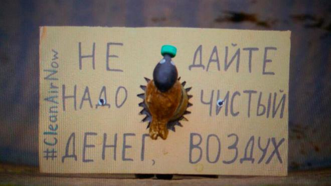 На бронзовую фигурку Чижика-Пыжика надели маленький противогаз