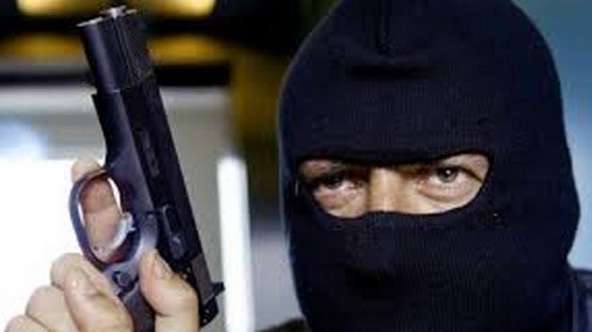 Двое грабителей лихо обнесли магазин косметики на Комендантском