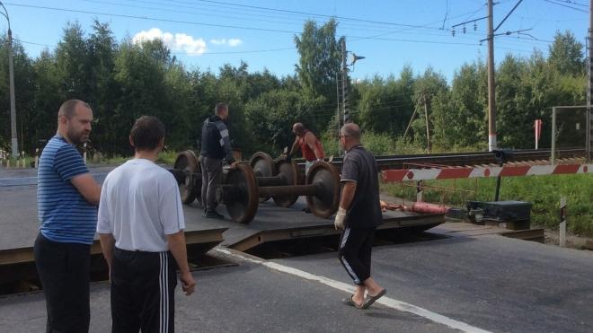 Гигантские колеса от поезда выпали из фуры на переезде в Колпино и покатились по дороге вниз