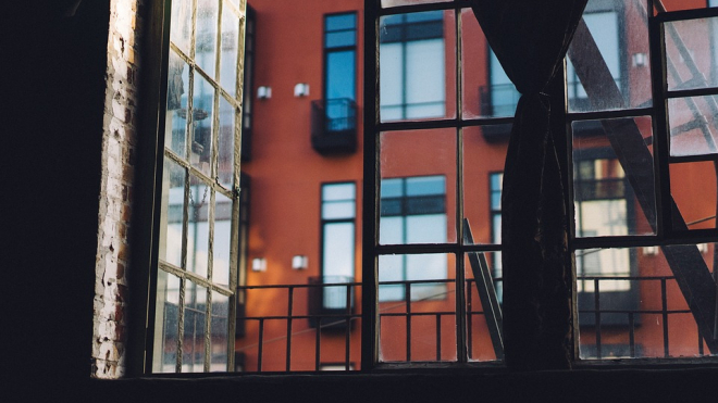 В Красном Селе неизвестный преступник забрался в дом через окно и изнасиловал женщину
