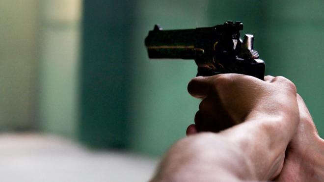 Водители большегрузов стреляли по мужчине на парковке в Шушарах