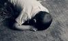 Под Красноярском 2-летний малыш провел двое суток в квартире с умершим отцом