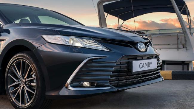 Дилеры Toyota начали продажи в России обновленной Camry