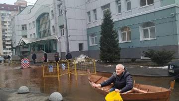 Улицу Приморского района Петербурга затопило холодной ...