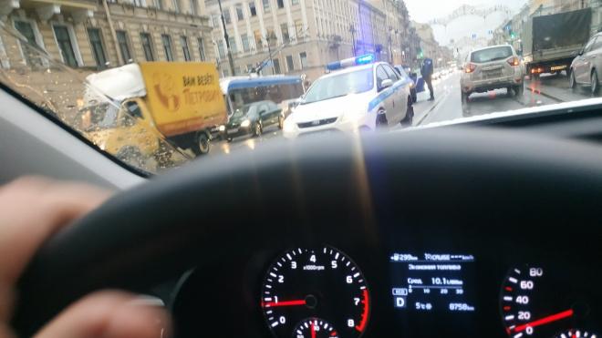 На Невском проспекте почтовый автомобиль врезался в машину ГИБДД