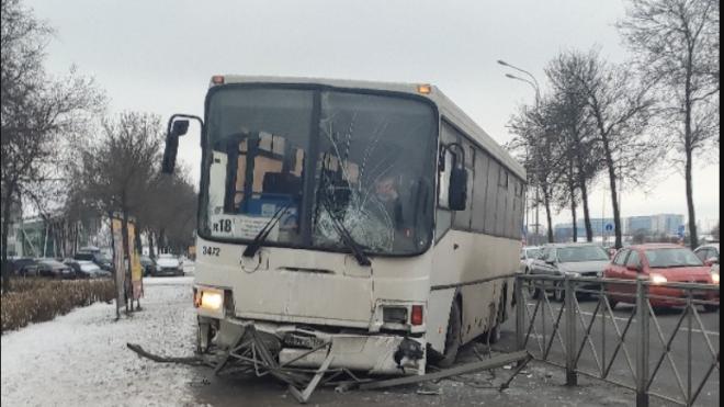 Автобус пробил ограждение и вылетел на тротуар на Пулковском шоссе