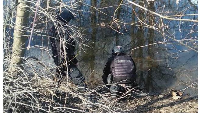 Мужчины выловили из Черной речки минометную мину времен ВОВ