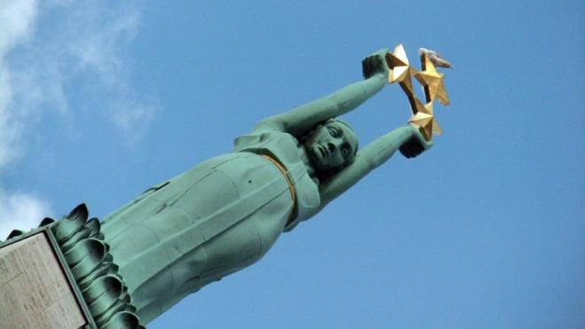 Автомобили председателя Сейма и президента Латвии столкнулись у памятника Свободы