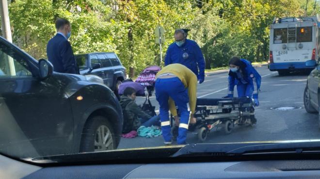 Иномарка сбила женщину с грудным ребенком на Институтском проспекте