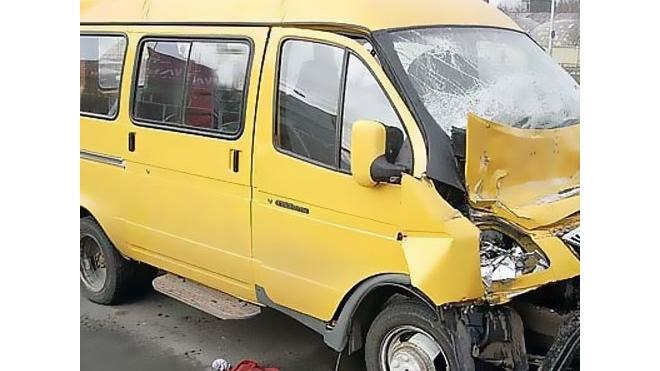 На Мечникова маршрутка врезалась в автобус: двое пострадавших госпитализированы