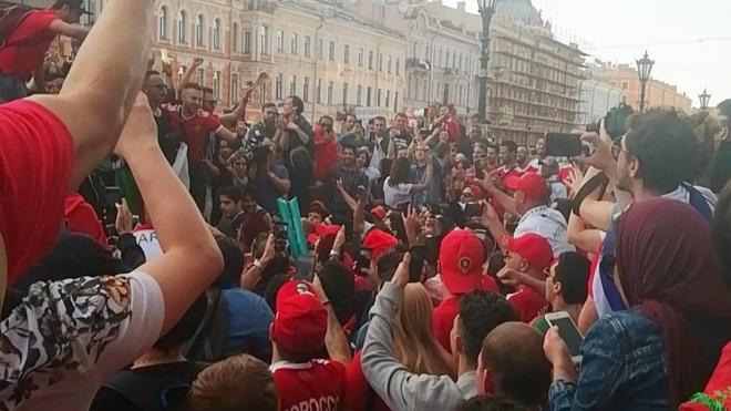 Футбольные фанаты на Невском отметили победу российской сборной