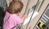 Полицейский спас ребенка от падения с 8 этажа после заявления о том, что из окна квартиры выбрасывают игрушки