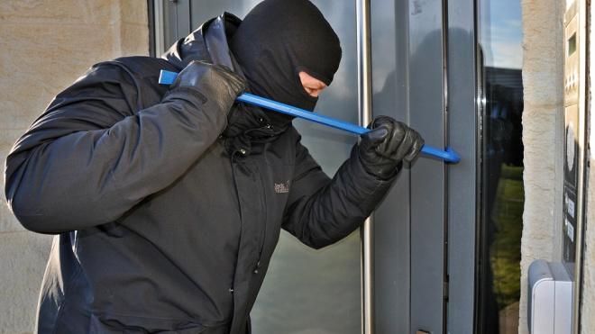 Злоумышленники украли из частного дома в Курортном районе 300 тыс.рублей