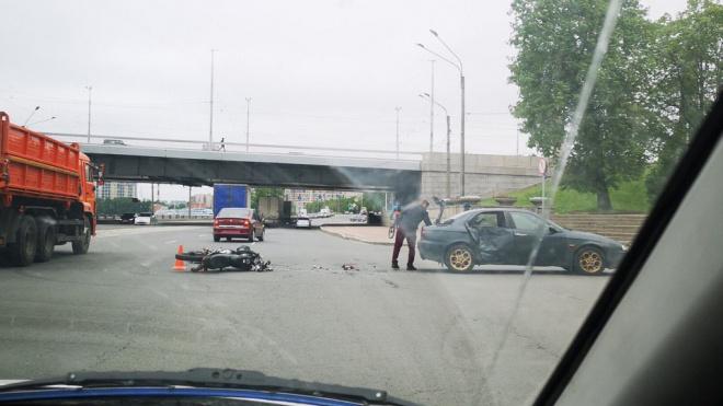 На проспекте Обуховской Обороны мотоциклист врезался в иномарку
