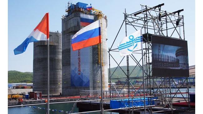 """Основание платформы """"Беркут"""" буксируют на сахалинский шельф"""