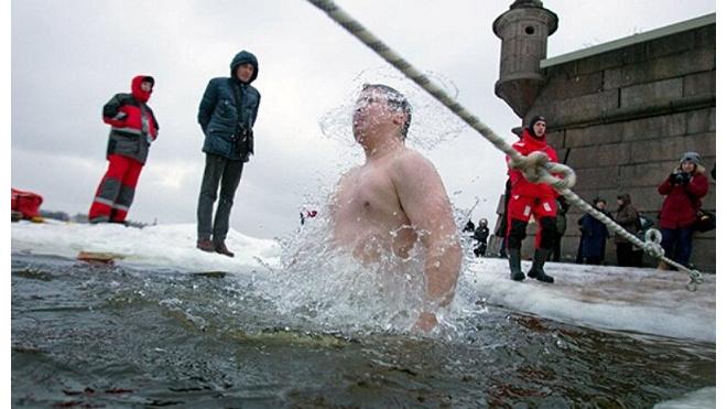 Петербуржцы продолжают крещенские купания