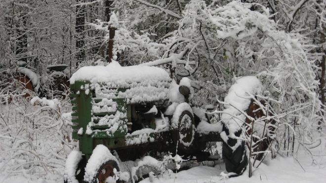 В Волховском районе трактор с машинистом провалился под лед