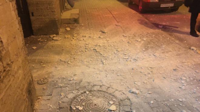На Херсонской улице обрушилась фасадная штукатурка