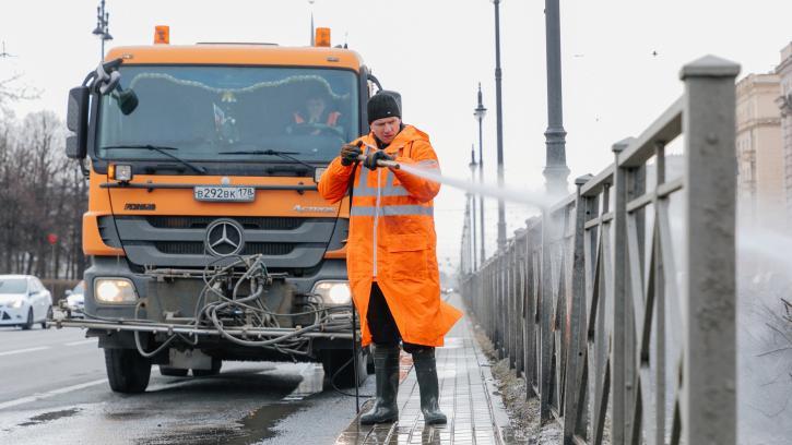 За первую неделю месячника по благоустройству вымыли 143 улицы Петербурга
