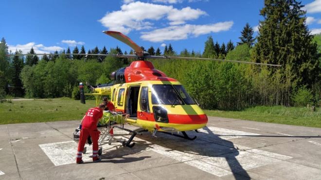 Вертолет доставил в Петербург двух тяжелых больных из Ленобласти