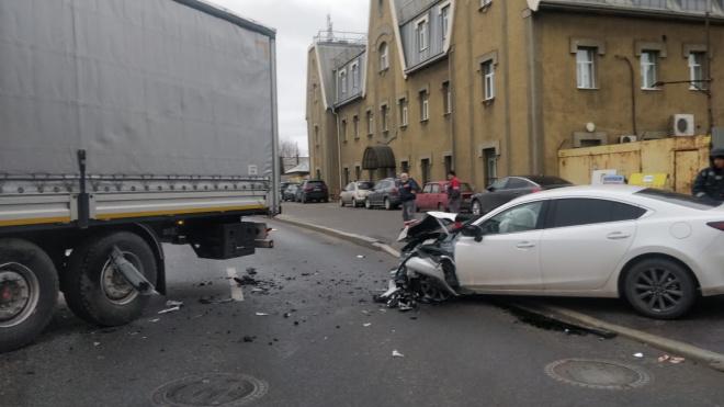 В Невском районе белая иномарка столкнулась с фурой. Движение перекрыто